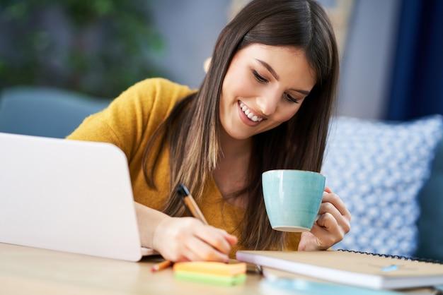 Jeune femme utilisant une tablette à la maison