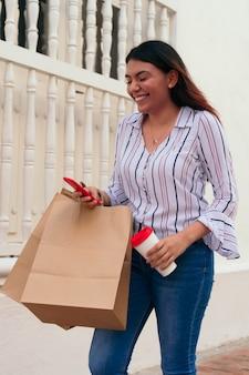 Jeune femme utilisant un téléphone portable dans la rue de la ville