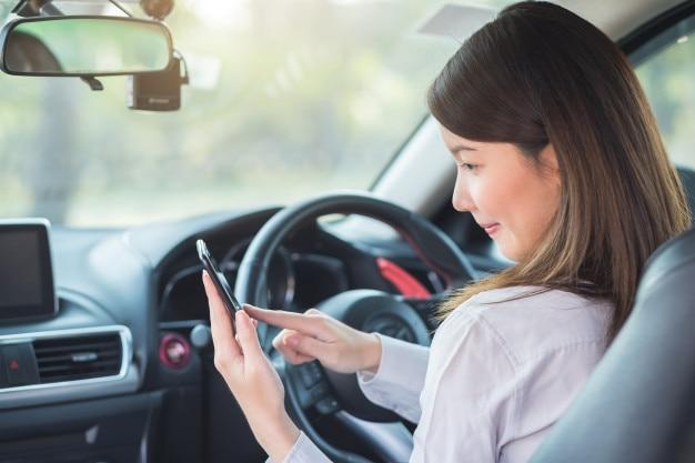 Jeune femme, utilisation, gps, sur, téléphone intelligent