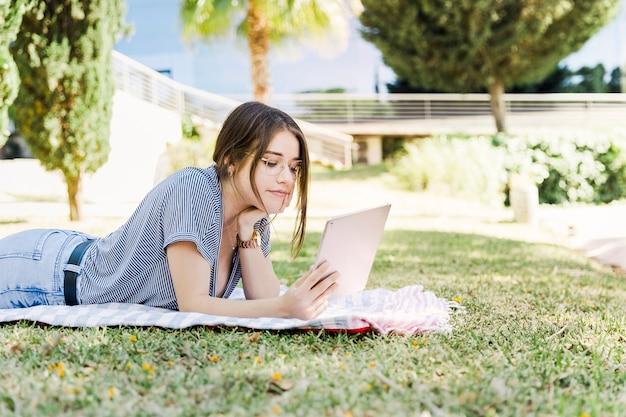 Jeune femme, utilisation, tablette, dans parc