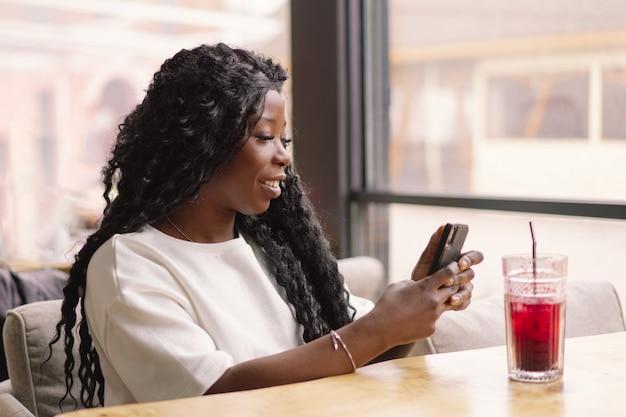 Jeune femme, utilisation, téléphone, dans, café