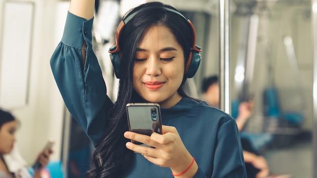 Jeune femme, utilisation, téléphone portable, sur, train public