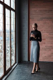Jeune, femme, utilisation, téléphone
