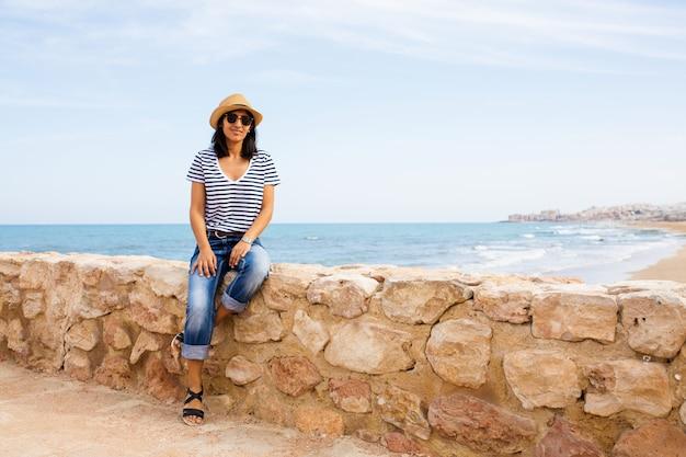 Jeune femme va bien face à la mer