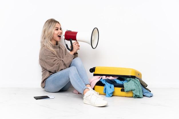 Jeune femme va voyager sur fond isolé