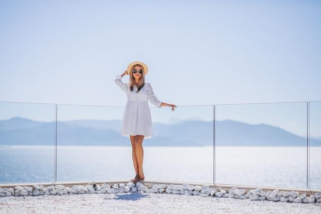 Jeune femme en vacances regardant la mer