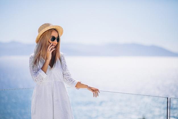 Jeune femme en vacances en utilisant le téléphone
