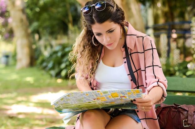 Jeune femme en vacances