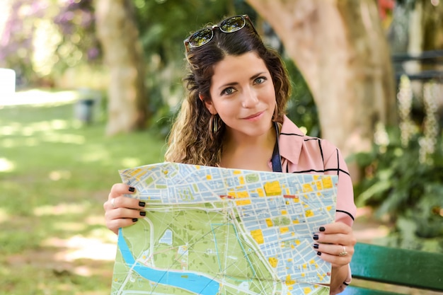 Jeune femme en vacances.