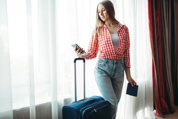 Jeune femme avec des valises est partie en voyage