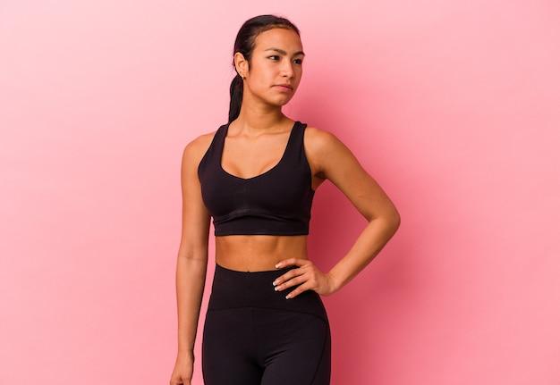 Jeune femme vénézuélienne de sport isolée sur fond rose