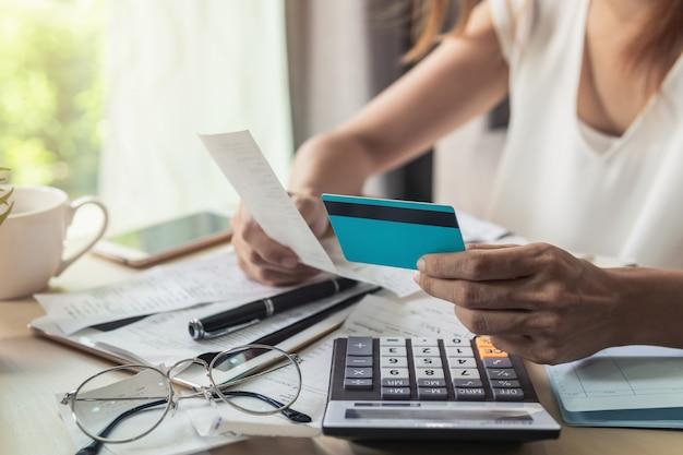 Jeune femme vérifiant les factures