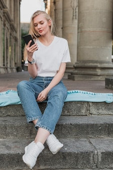 Jeune femme vérifiant son téléphone