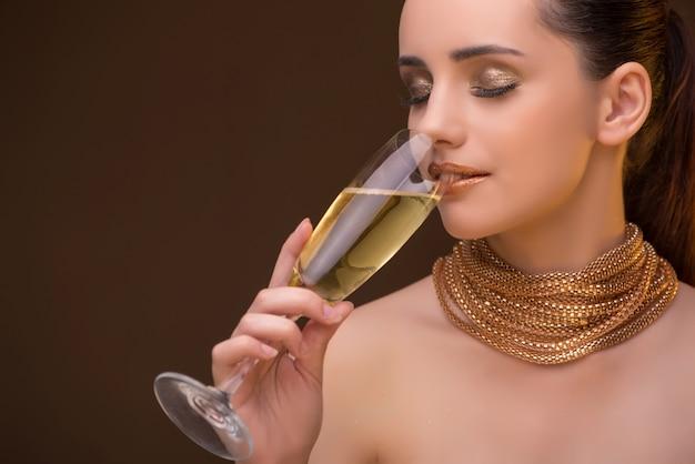 Jeune femme avec verre champagne