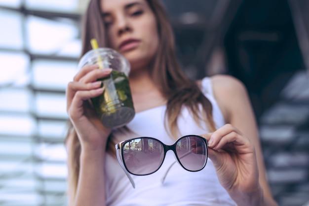 Jeune femme, à, verre plastique, et, lunettes soleil