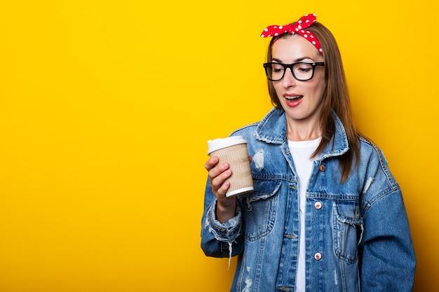 Jeune femme en veste en jean, bandeau et lunettes