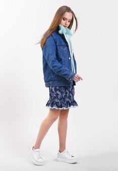 Jeune femme en veste en jean avec un col en fourrure