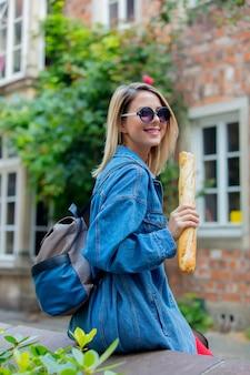 Jeune femme en veste en jean sur la rue médiévale de brême