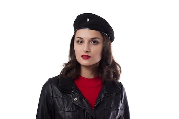 Jeune femme veste noire et chapeau avec une référence à ernesto che guevara à huis clos