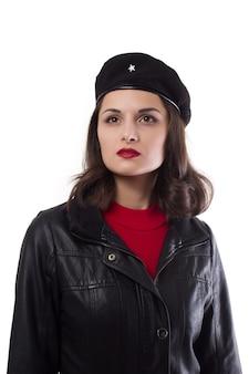 Jeune femme veste noire et chapeau avec une référence à ernesto che guevara à la verticale