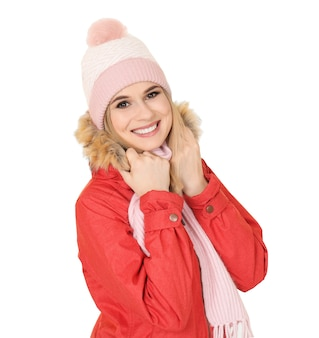 Jeune femme en vêtements chauds sur fond blanc. prêt pour les vacances d'hiver