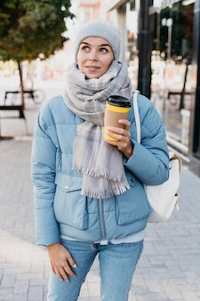 Jeune femme en vêtements d'hiver à l'extérieur