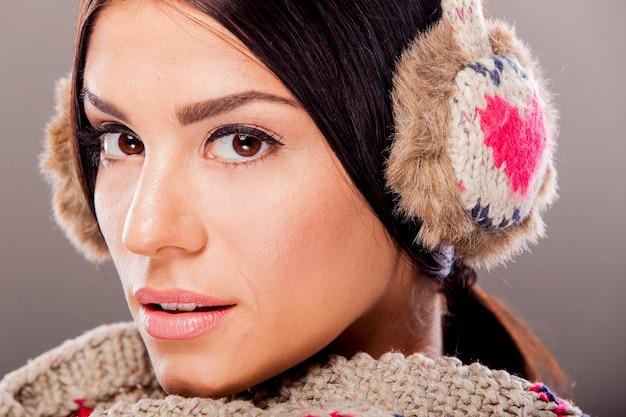 Jeune femme en vêtements d'hiver