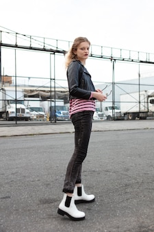 Jeune femme en vêtements punk à l'extérieur