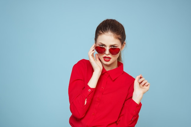 Jeune femme en vêtements rouges sur fond bleu clair différentes émotions, mode élégante posant