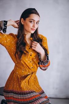 Jeune femme vêtue d'une belle robe jaune