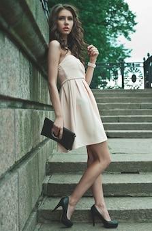Jeune femme vêtue d'une robe et marchant dans la rue