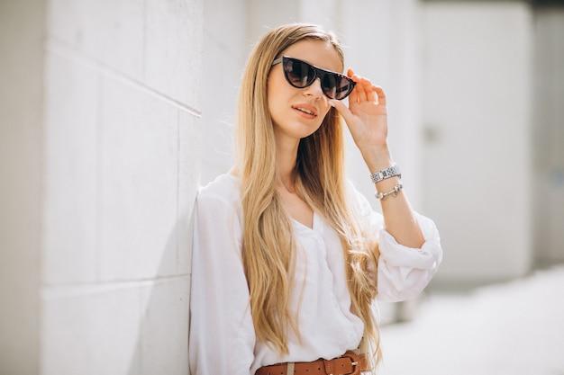 Jeune femme vêtue d'une tenue d'été en ville