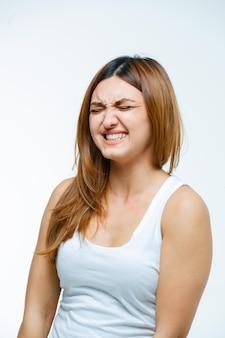 Jeune femme visage aigre et à la colère