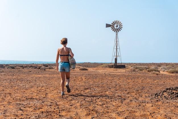 Une jeune femme visitant las salinas de lobos sur l'isla de lobos, au large de la côte nord de l'île de fuerteventura, îles canaries. espagne