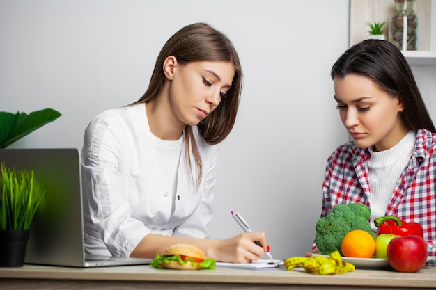 Jeune femme visitant un nutritionniste dans une clinique de perte de poids