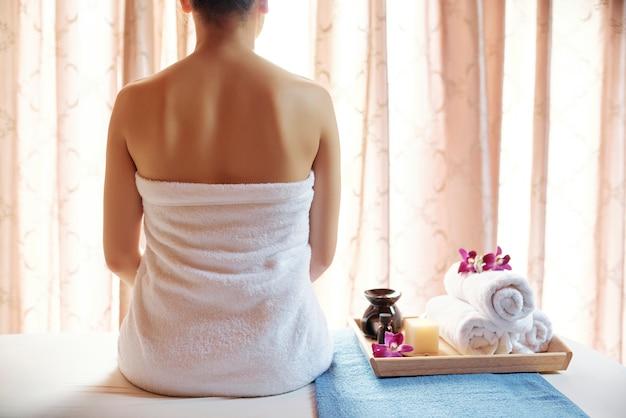 Jeune femme, visite, salon spa