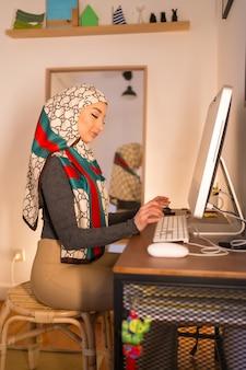 Jeune Femme, à, Voile Blanc, à, Ordinateur Personnel, Travail Maison Photo Premium