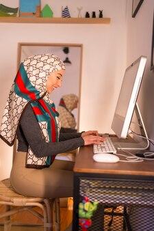 Jeune femme avec un voile blanc à son ordinateur personnel, faisant un appel vidéo