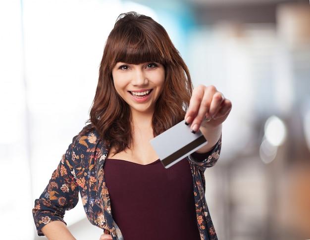 Jeune femme avec la voiture de crédit