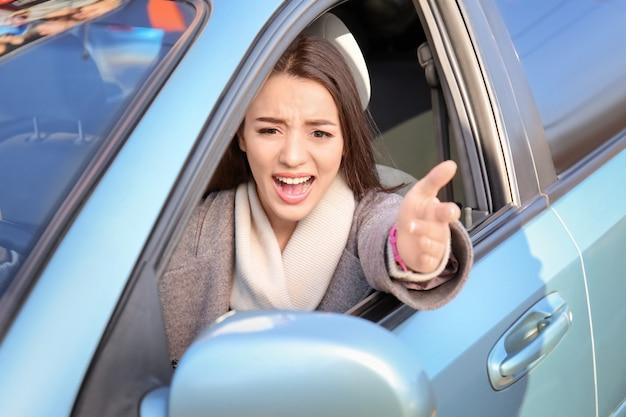 Jeune femme en voiture pendant les embouteillages
