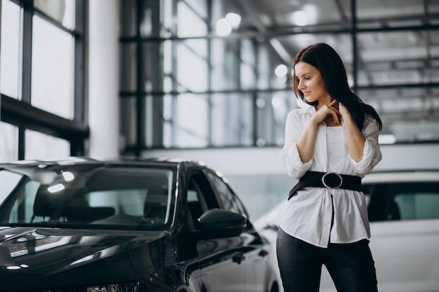 Jeune, femme, voiture, salle exposition, choisir, voiture