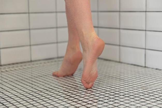 Jeune femme voulant prendre une douche