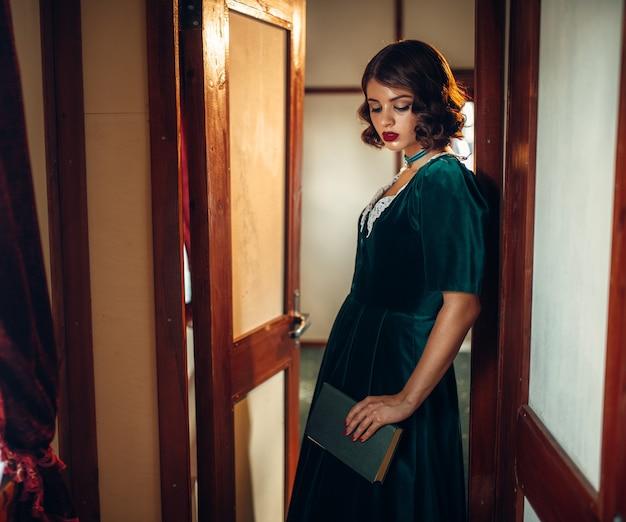 Jeune femme voyage, compartiment de train vintage