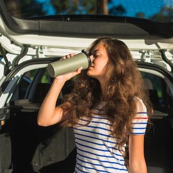 Jeune femme en voyage en voiture