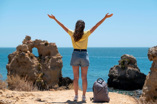 Jeune femme voyageant sans covid au bord de la mer
