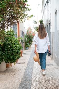 Jeune femme voyageant sans covid dans la ville