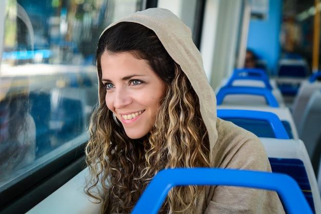 Jeune femme voyageant en train. mode de vie des gens.