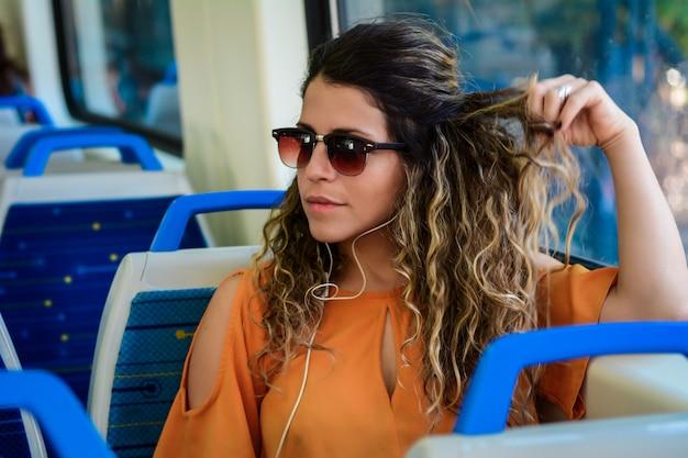 Jeune femme voyageant en train.