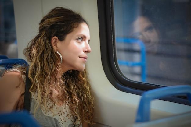 Jeune femme voyageant en train