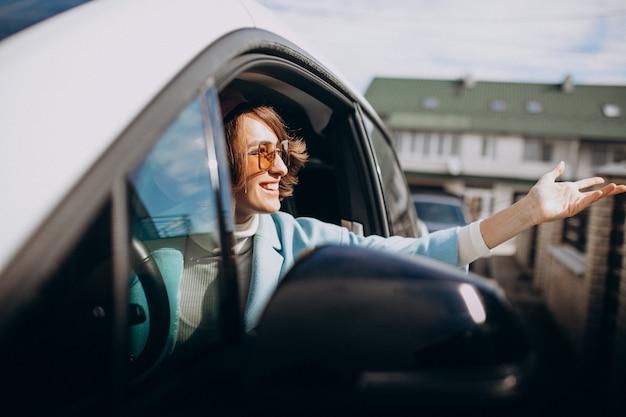 Jeune femme voyageant en voiture électrique